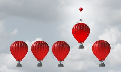 Bid für das Seminar: Die Macht der Sprache. 5 Heißluftballons in einer Reihe in der Luft. Der vierte wird von einem weiteren, kleinerem Luftballon noch weiter in die Höhe gezogen.